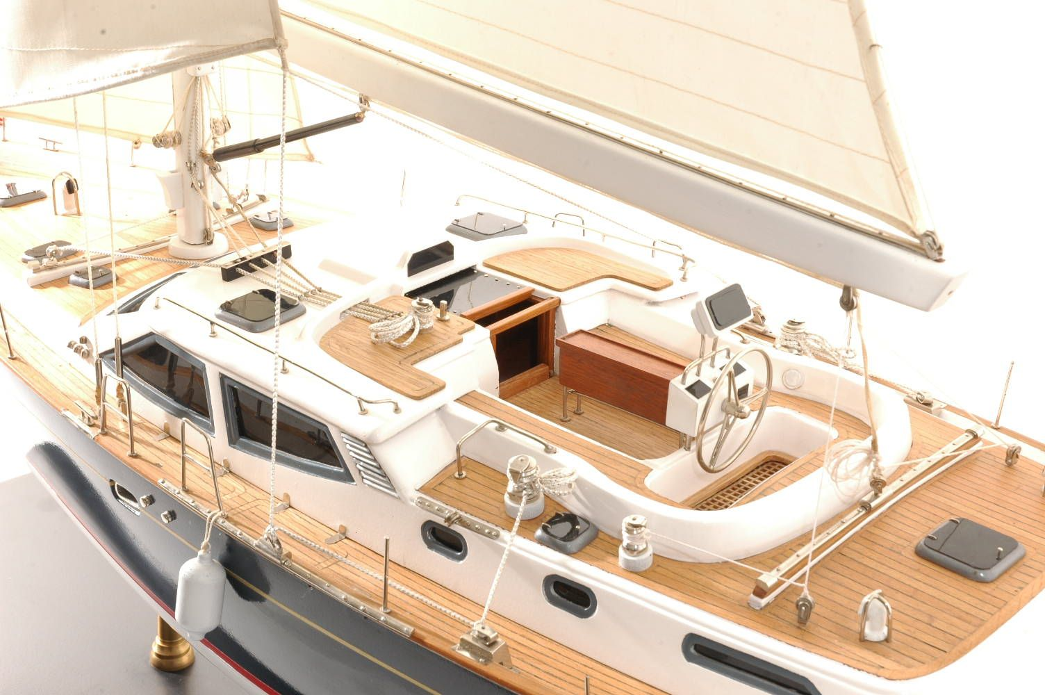 555-6282-Discovery-55-model-yacht